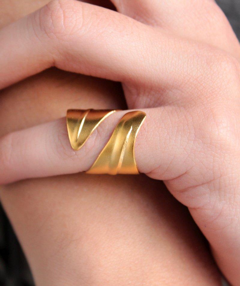 Δαχτυλίδι Chevalier - Curved Leaf Gold - ΚΟΣΜΗΜΑΤΑ c880119cee4